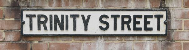三位一体街道名字标志 库存照片