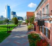三位一体郊区、皇家广场商业中心和DoubleTree美丽的景色希尔顿饭店米斯克,白俄罗斯 免版税库存照片