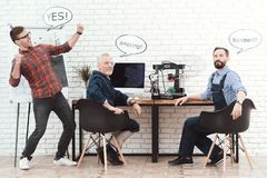 三位工程师与一台3d打印机一起使用在一个现代实验室 他们有在他们的头的会话云彩 图库摄影