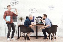 三位工程师与一台3d打印机一起使用在一个现代实验室 他们有在他们的头的会话云彩 免版税图库摄影