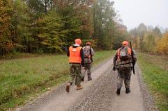 三位猎人在森林 免版税图库摄影