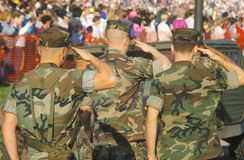 三位美国海军陆战队员向致敬 图库摄影