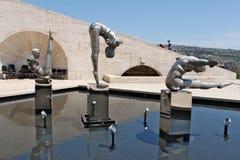 三位运动员雕塑在小瀑布顶部的在耶烈万 库存照片