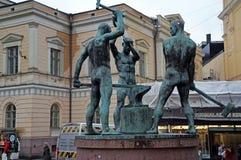 三位铁匠的雕塑在赫尔辛基,芬兰 库存图片