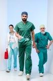 三位医生提供紧急急救的复活仓促给患者 库存照片