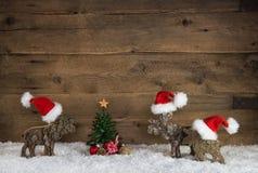 三作为圣诞老人的手工制造木驯鹿在老木背景f 免版税图库摄影