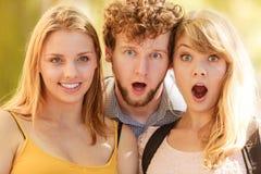三使室外青年人的朋友惊奇 免版税库存照片