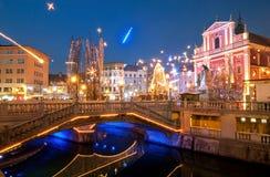 三倍桥梁,照亮为新年庆祝,卢布尔雅那, 免版税图库摄影