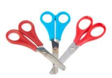 三关闭了孩子的蓝色和红色剪刀在a 图库摄影
