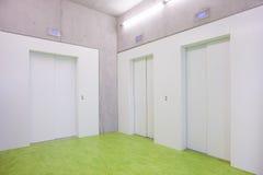 三关闭电梯在大厅里 免版税库存照片