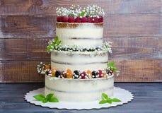 三分层了堆积婚宴喜饼用莓果和蓬蒿叶子 免版税库存图片