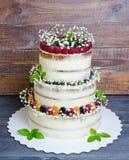三分层了堆积婚宴喜饼用莓果和蓬蒿叶子 图库摄影