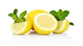 三切了柠檬用在白色背景隔绝的薄菏 库存图片