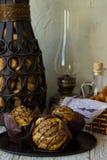 三制作的松饼用在铁盘子的开心果 免版税库存图片