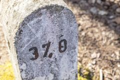 三十七个里程碑标记37 免版税库存照片