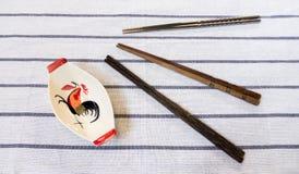 三双筷子和传统泰国鸡碗在白色Tabl 免版税库存图片