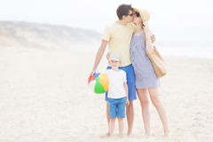 三口之家在海滩 免版税库存照片