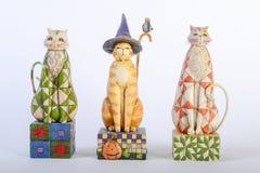 三只五颜六色的木猫 免版税库存照片