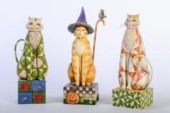 三只五颜六色的木猫 库存图片