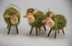 三只复活节装饰秸杆绵羊 免版税库存照片