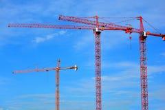 三台固定的建筑天空起重机 库存图片