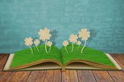 三叶草剪切了四片叶子纸张 免版税库存照片