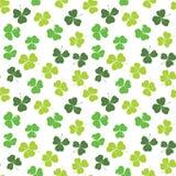 三叶草叶子手拉的乱画无缝的样式传染媒介例证 St Patricks天标志,爱尔兰幸运的三叶草背景 库存图片