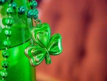 三叶草在瓶的项链小珠 免版税图库摄影