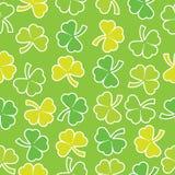 三叶草在绿色背景留给无缝的样式适用于圣帕特里克Day& x27; s便条纸 库存图片