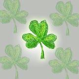 三叶草手拉的窗框Leafe  StPatrick 's天 库存照片