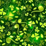 三叶草离开无缝的样式 圣帕特里克` s天绿色背景 三叶草墙纸 免版税库存照片