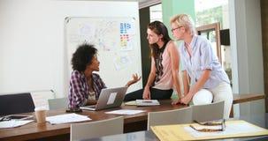 三名女实业家开会议在办公室 股票录像