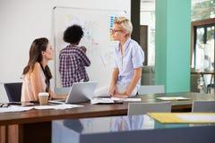 三名女实业家开创造性的会议在办公室 免版税图库摄影