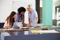 三名女实业家开创造性的会议在办公室 库存图片