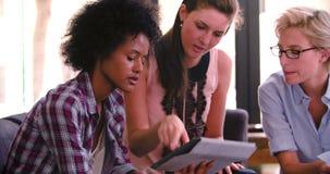 三名女实业家开非正式会议在办公室 股票视频