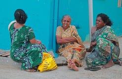 三名妇女是坐室外在科摩林角,印度 库存照片