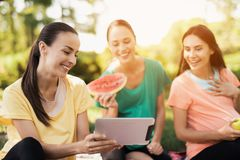 三名孕妇基于自然在做瑜伽以后 他们中的一个举行片剂 库存图片