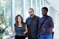 三名学生在走廊 免版税图库摄影