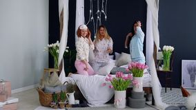 三名年轻性感的妇女把战斗枕在大会串以纪念婚礼 微笑美丽的妇女笑和 影视素材
