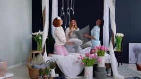 三名年轻性感的妇女把战斗枕在大会串以纪念婚礼 微笑美丽的妇女笑和 股票视频