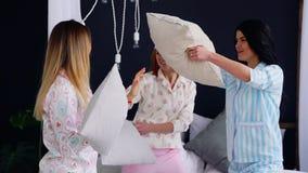 三名年轻性感的妇女把战斗枕在大会串以纪念婚礼 影视素材