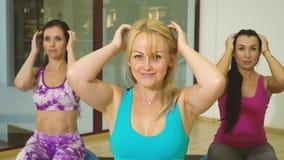 三名满意的妇女做自己顶头按摩,慢动作 股票视频