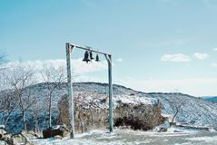 三响铃和一个砖墙的废墟在Jvari Orthodo附近的 免版税库存图片