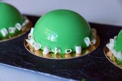 三在一张白色桌布的绿色蛋糕 免版税库存图片