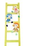 三在一架木梯子的滑稽的玩偶 免版税库存照片