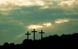 三在天空背景的十字架 库存图片