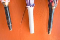 三在木背景的伞 免版税库存图片