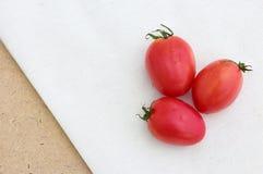 三在白棉布的蕃茄 库存照片