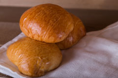三在白色亚麻布的大面包 免版税库存照片