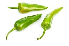 三在白色背景的绿色成熟胡椒 免版税库存图片